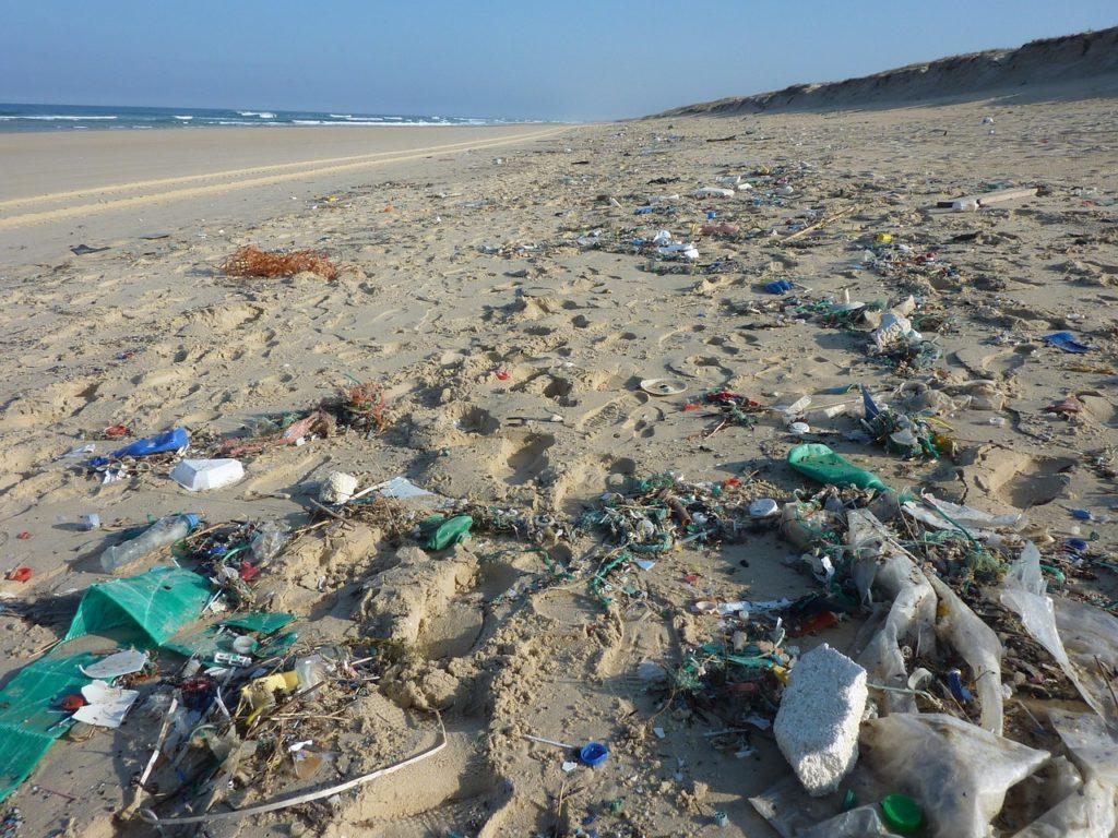 Plage avec de nombreux déchets qui prouvent la difficulté d'allier tourisme et écologie