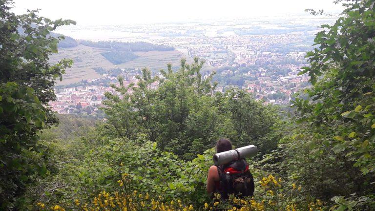 Femme qui regarde un paysage, pendant un trek