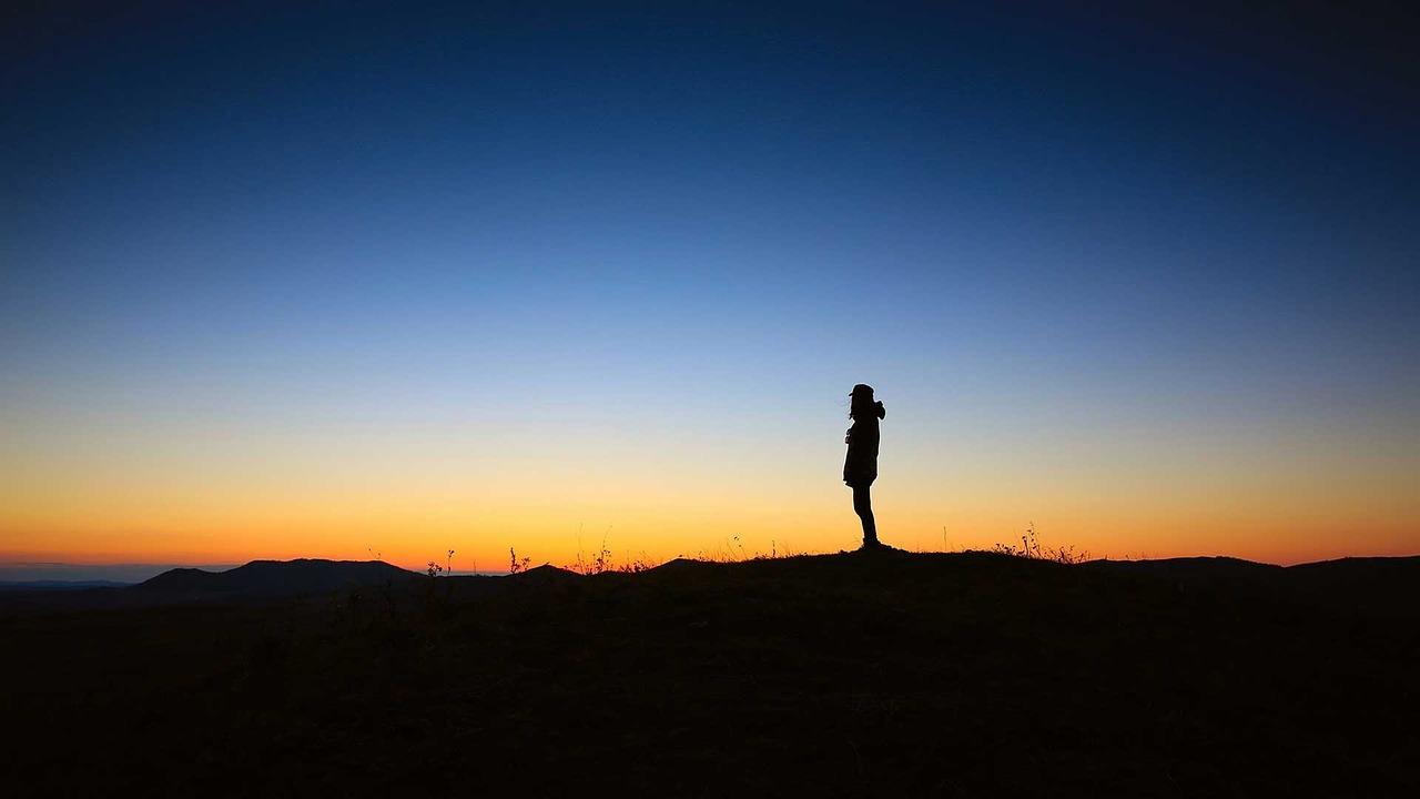 Personne seule dans la nature en clair obscur