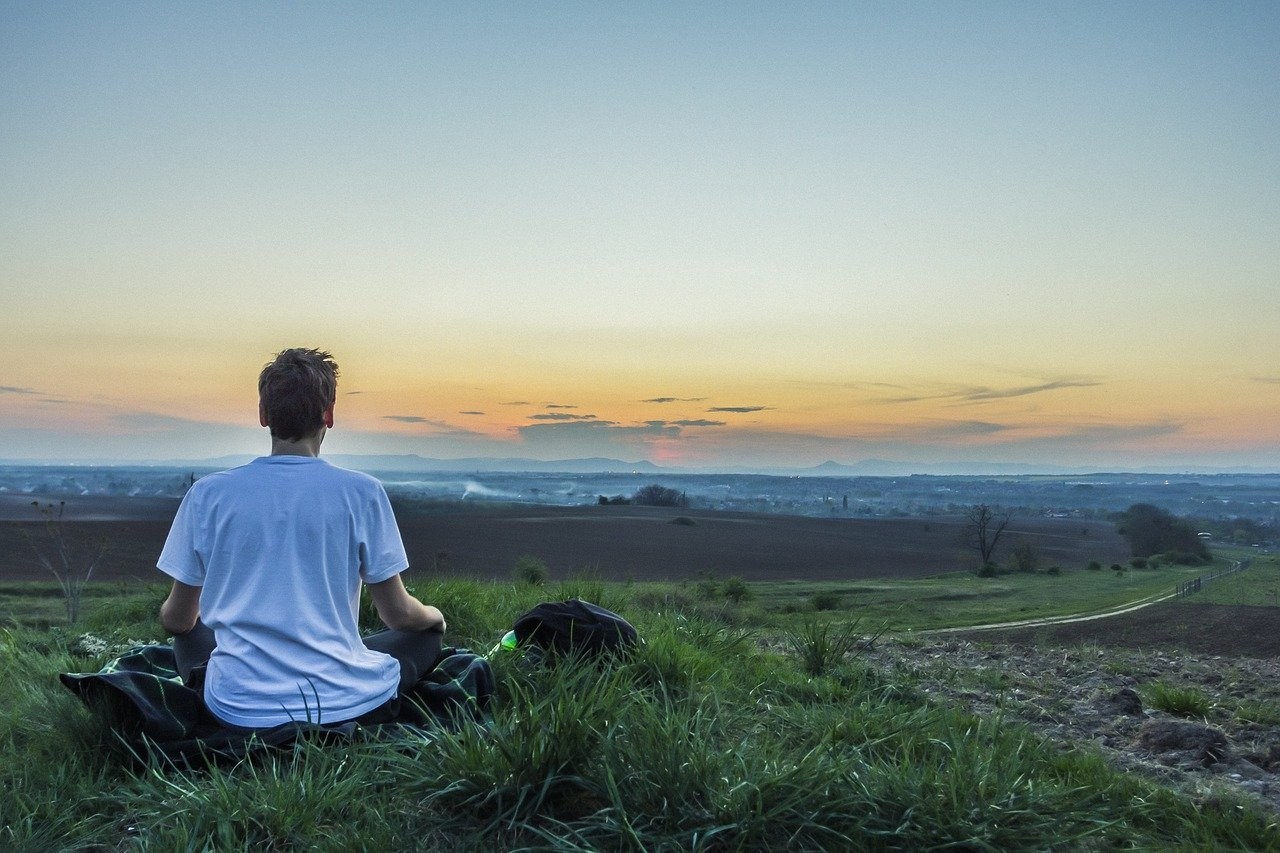 Méditation devant un paysage