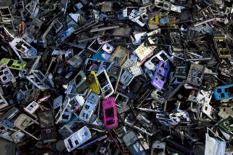 Poubelle DEEE : pile de téléphones usagés