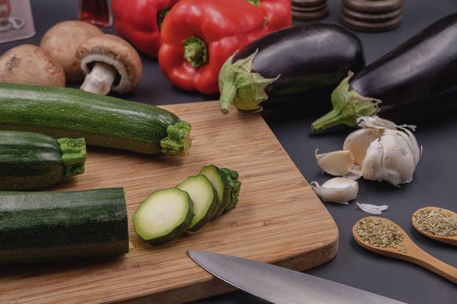 Cuisiner les légumes d'été : aubergine, courgette et poivron pour faire une ratatouille