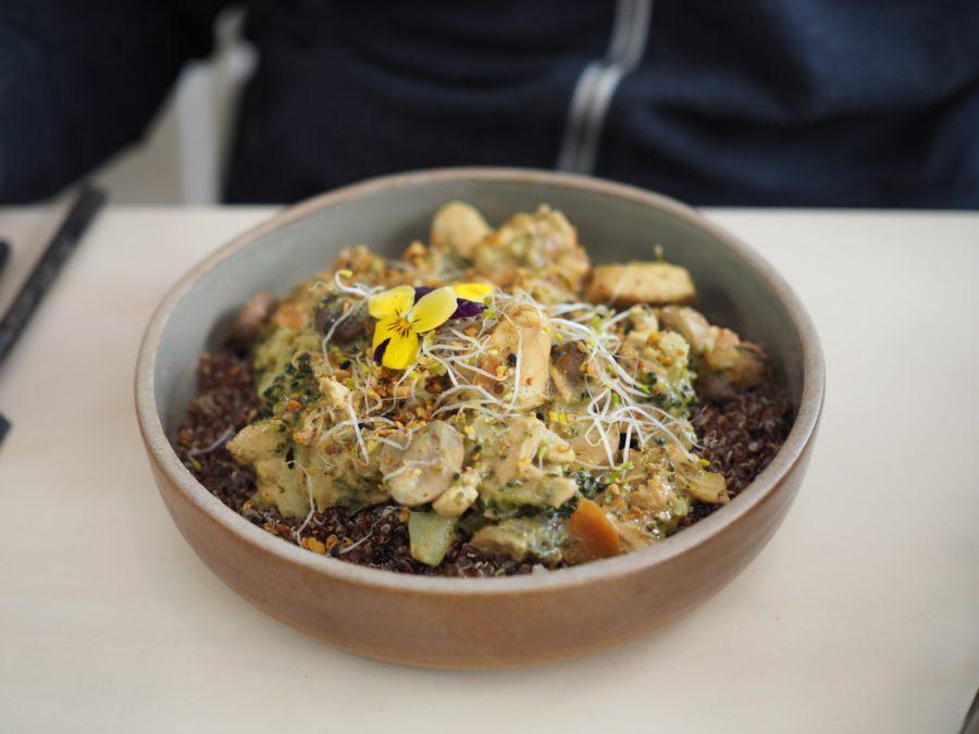 Un plat végétarien couvert de graines germées