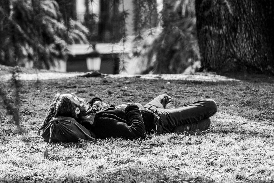 Homme allongé dans la forêt pour vivre l'instant présent
