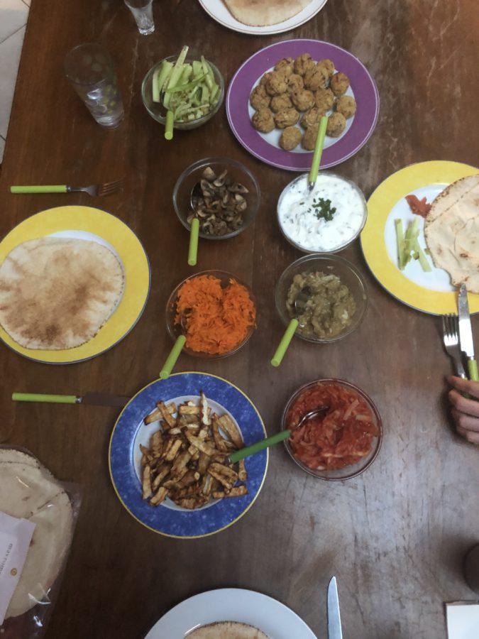 Table avec falafels et crudités de printemps pour un repas complet
