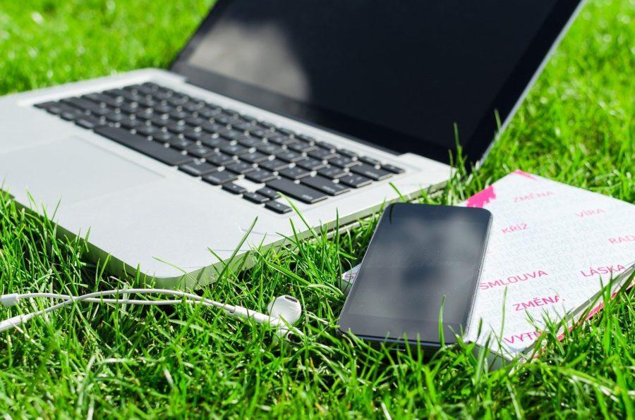 Ordinateur dans l'herbe pour symboliser le numérique responsable